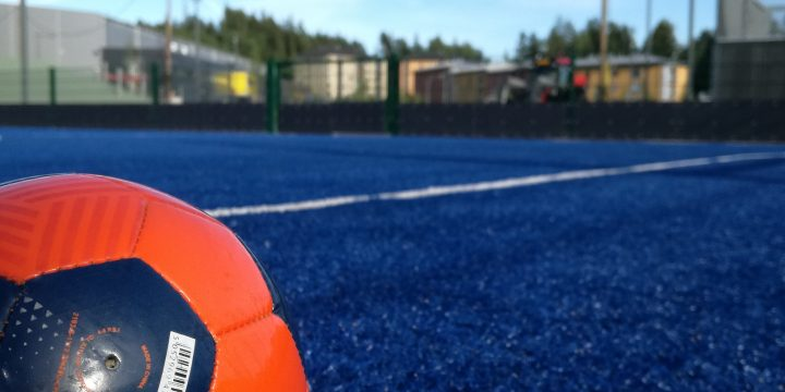 Vaikuttaako FIFA 11+ harjoitusohjelma vammojen ennaltaehkäisyyn ja vähentämiseen jalkapalloilijoilla?